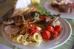 Raccordo arrostito del merluzzo con le verdure, selettive Fotografie Stock
