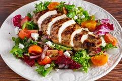 Raccordo arrostito del petto di pollo con l'insalata fresca delle verdure dei pomodori Alimento sano di concetto immagine stock
