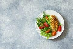Raccordo arrostito del pollo ed insalata della verdura fresca Fotografia Stock