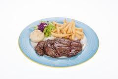Raccordo arrostito del vitello con le patate fritte e l'insalata Fotografie Stock