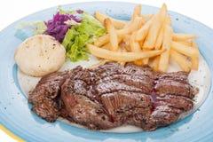 Raccordo arrostito del vitello con le patate fritte e l'insalata Immagini Stock