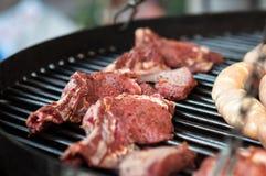 Raccordo crudo fresco della carne del manzo sulla griglia Fotografia Stock