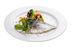 Raccordo del dorado con le verdure cotte a vapore Su un piatto bianco fotografie stock libere da diritti