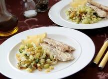 Raccordo del merluzzo con la verdura arrostita - finocchio, sedano e cavolo cinese Fotografia Stock