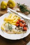 Raccordo del pesce con le patate, pomodori ciliegia Fotografie Stock