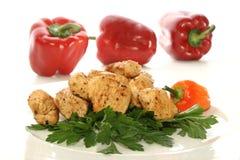 raccordo del pollo con il peperoncino rosso rosso rudemente frantumato Immagini Stock Libere da Diritti