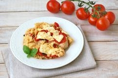 Raccordo del pollo con le patate, il formaggio, il basilico ed il cuscus Fotografia Stock Libera da Diritti