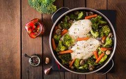 Raccordo del pollo con le verdure cotte a vapore Immagini Stock