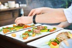 Raccordo del pollo con le verdure e le mani dei cuochi fotografia stock libera da diritti