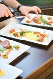 Raccordo del pollo con le verdure e le mani dei cuochi immagini stock