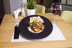 Raccordo del pollo fritto, patate bollite e verdure in pl nero Fotografie Stock Libere da Diritti