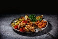 Raccordo del pollo grigliato con le verdure in una fine dolce della salsa piccante su su un piatto Fotografia Stock