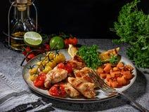 Raccordo del pollo grigliato con le verdure in una fine dolce della salsa piccante su su un piatto Fotografia Stock Libera da Diritti