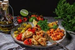 Raccordo del pollo grigliato con le verdure in una fine dolce della salsa piccante su su un piatto Fotografie Stock Libere da Diritti