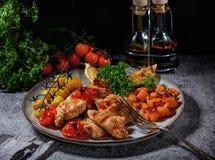 Raccordo del pollo grigliato con le verdure in una fine dolce della salsa piccante su su un piatto Immagini Stock Libere da Diritti