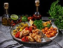 Raccordo del pollo grigliato con le verdure in una fine dolce della salsa piccante su su un piatto Immagine Stock Libera da Diritti