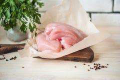 Raccordo del pollo su un fondo di legno leggero Carne di pollo con i piselli ed i granelli di pepe Preparazione dei piatti della  Immagine Stock Libera da Diritti