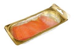 Raccordo del salmone affumicato nell'imballaggio di plastica standard sigillato isolato fotografia stock libera da diritti