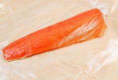 Raccordo del salmone rosso selvaggio in carta oleata Fotografia Stock