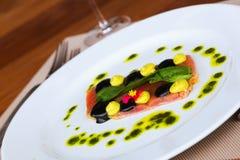 Raccordo del tonno con salsa sul piatto Fotografia Stock Libera da Diritti
