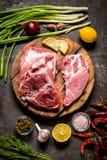 Raccordo della carne di carne di maiale con le erbe ed il limone sul bordo di legno Fotografia Stock Libera da Diritti