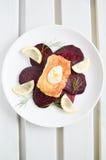 Raccordo della trota con l'insalata della barbabietola Fotografia Stock