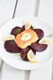 Raccordo della trota con l'insalata della barbabietola Fotografia Stock Libera da Diritti