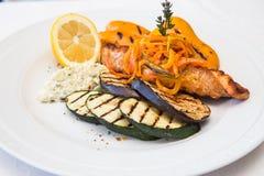 Raccordo di color salmone arrostito fresco con le verdure Fotografia Stock