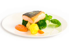 Raccordo di color salmone con la patata sul piatto bianco Immagini Stock