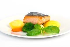 Raccordo di color salmone con la patata sul piatto bianco Fotografia Stock