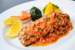 Raccordo di color salmone con stile tailandese della salsa di curry del panang Fotografie Stock