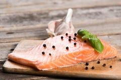Raccordo di color salmone crudo con le erbe Fotografie Stock