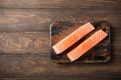 Raccordo di color salmone crudo fresco, disposizione piana Fotografie Stock Libere da Diritti