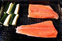 Raccordo di color salmone della trota iridea sulla griglia con lo zuchinni Fotografia Stock Libera da Diritti