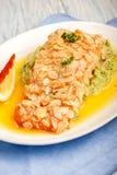 Raccordo di color salmone fritto in petali della mandorla immagine stock