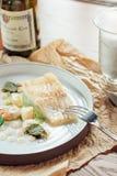 Raccordo di color salmone su un letto dei broccoli, del cavolfiore e delle carote Immagini Stock Libere da Diritti