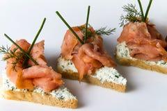 Raccordo di color salmone sulla fetta del pane Fotografie Stock Libere da Diritti