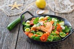 Raccordo di color salmone sulle verdure Immagini Stock
