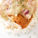 Raccordo di seno di pollo con la salsa del timo del limone Fotografia Stock