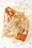 Raccordo di seno di pollo con la salsa del timo del limone Fotografie Stock Libere da Diritti