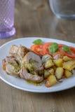 Raccordo farcito della carne di maiale con i pomodori e basilico dal lato su un ol fotografia stock libera da diritti