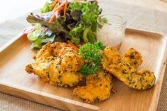 Raccordo fritto nel grasso bollente del pollo Immagini Stock