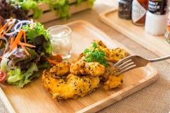 Raccordo fritto nel grasso bollente del pollo Fotografia Stock