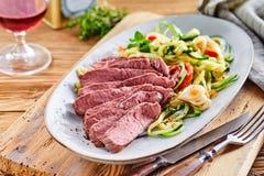 Raccordo gastronomico tenero del manzo con insalata di verdure fotografia stock libera da diritti