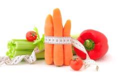 Raccords en caoutchouc avec la mesure de bande et légumes Photographie stock libre de droits