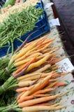 Raccords en caoutchouc et Stringbeans d'arc-en-ciel au marché de ferme Image libre de droits