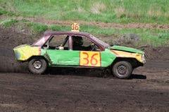 Race för överlevnad. Grön gul bil Arkivbild