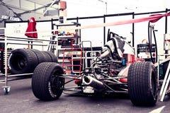 Raceauto bij de doos Stock Foto's