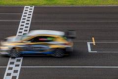 Raceauto die op snelheidsspoor rennen royalty-vrije stock fotografie