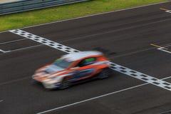 Raceauto die op snelheidsspoor rennen stock foto